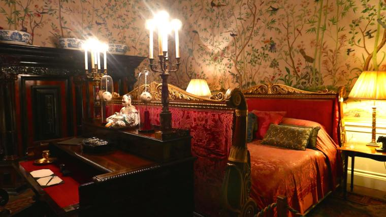 chatsworth-interiors-red-bedroom